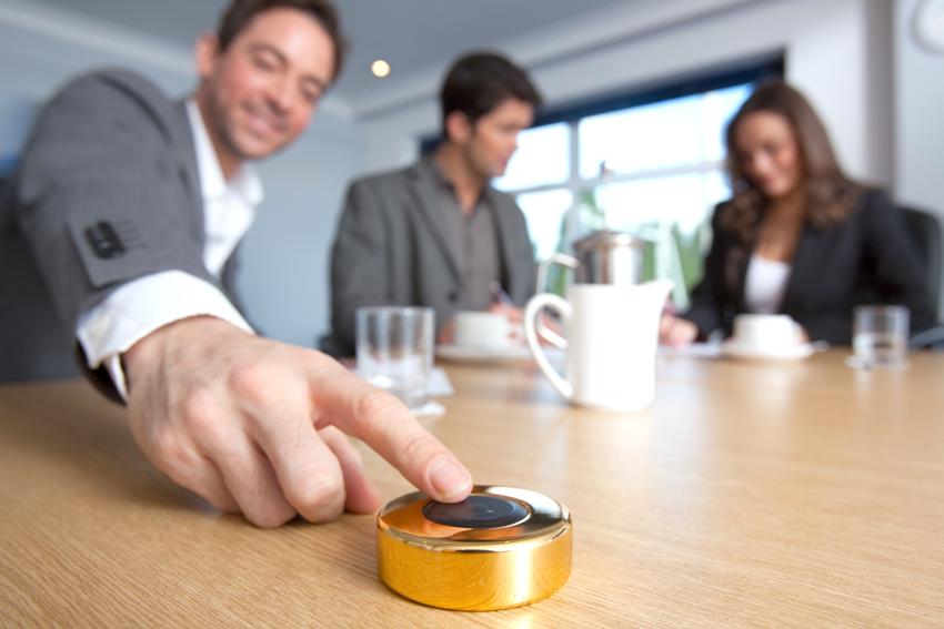 vergaderzalen oproepsysteem man druk op knop voor assistentie