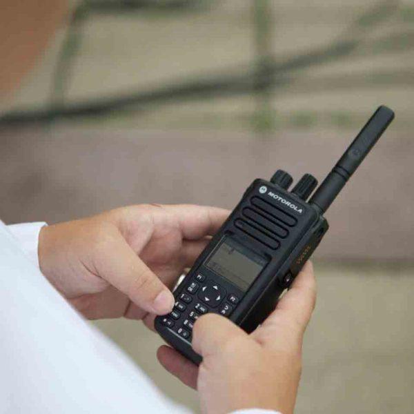 Motorola Portofoon DP4800e UHF In Hand